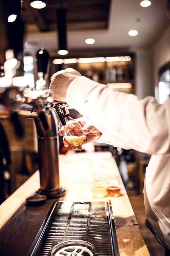 Bier zapfen in der Omes Genusswelt